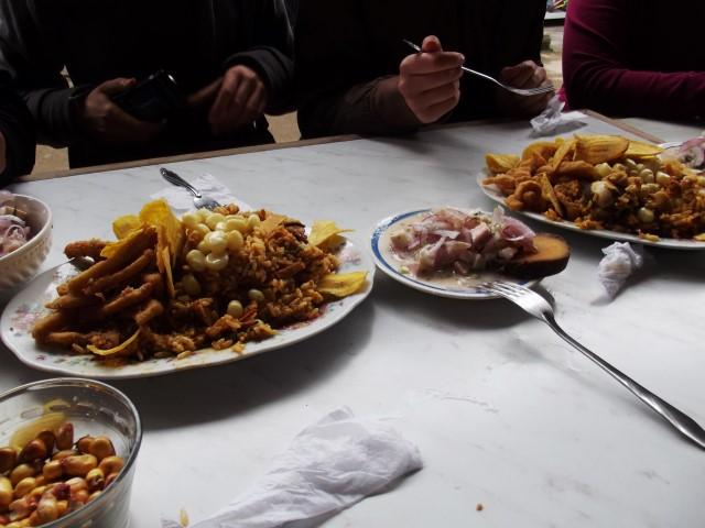 Essen auf einem Markt in Villa Maria del Triunfo, Lima, Peru