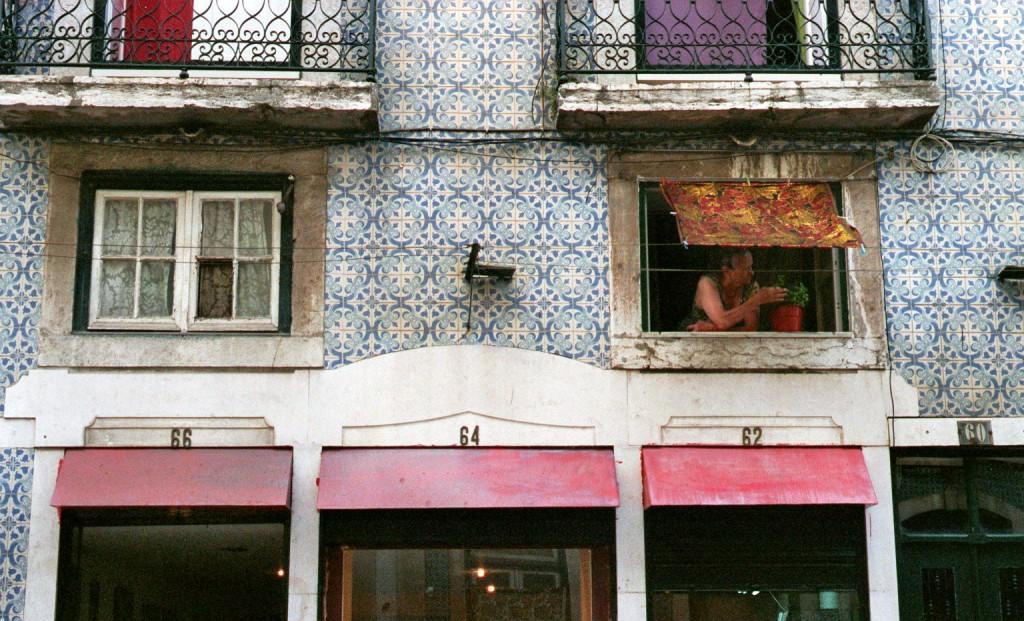 Frau Fenster Lissabon Portugal
