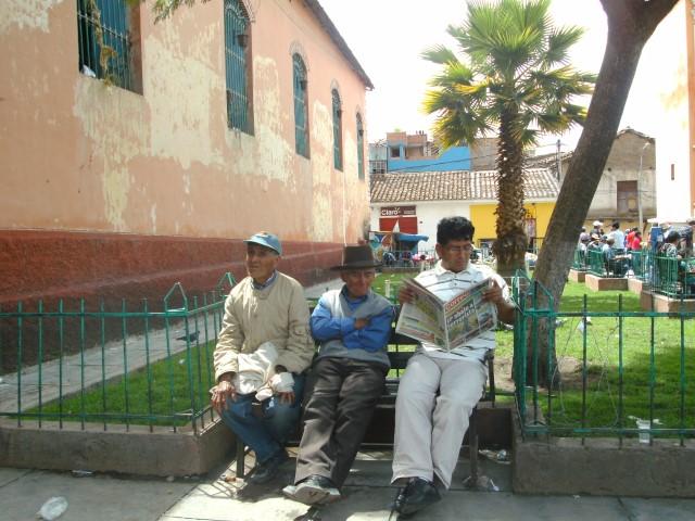 Drei Männer lesen Zeitung in Ayacucho, Peru