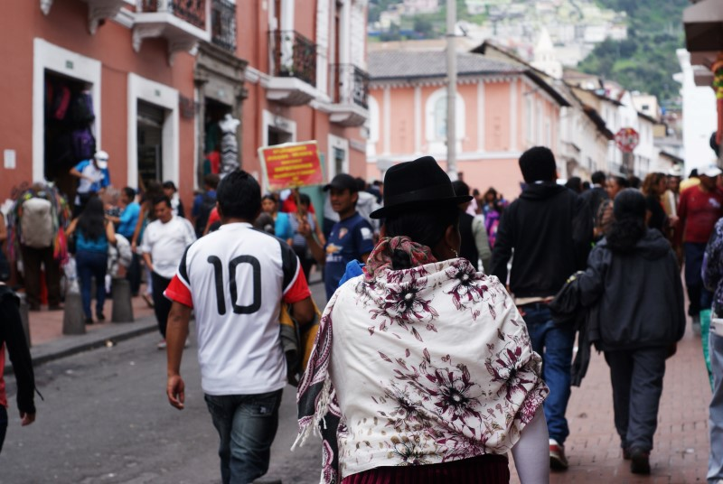 Authentisch?! Frau in indigener Tracht in der Altstadt von Quito
